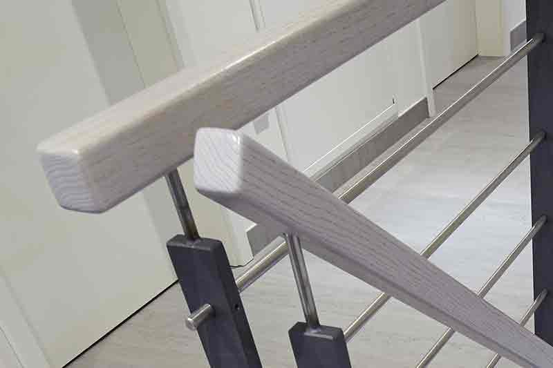 Flachstahltreppe quadratischer Holzhandlauf
