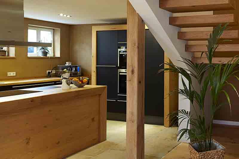 Kragarmtreppe Küchen Oberflächen im Treppenstil